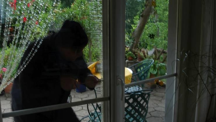 Der Einbrecher wollte die Gartensitzplatztüre aufbrechen, als dieser vom Hausbesitzer überrascht wurde. (Symbolbild)