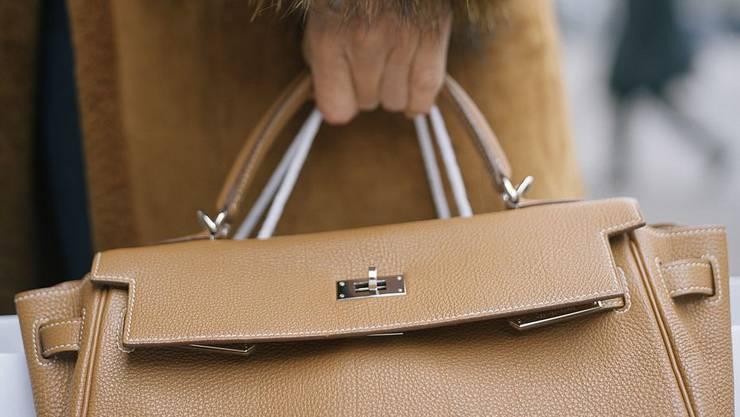 Drei Täter versuchen einer Frau die Handtasche zu entreissen. (Symbolbild)
