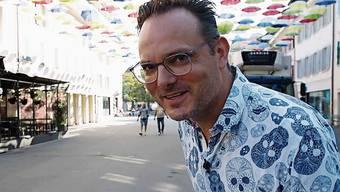 Dominic Deville in der Kirchgasse, während er von Stadtpräsident Martin Wey durch Olten geführt wird.