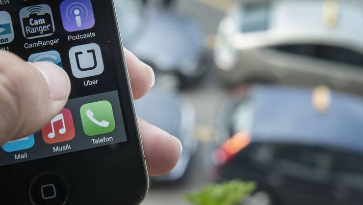 Uber sieht in ihrer App eine Möglichkeit für lokale Taxifahrer. (Bild: Keystone)