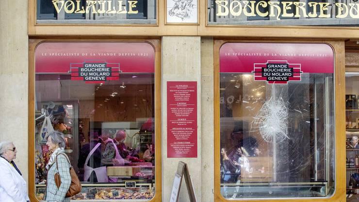 Stein gegen Scheibe geworfen: Metzgerei in Genf nach einer Attacke.