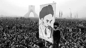 Ajatollah-Khomeini-Plakat an einer Demonstration gegen den Schah im Dezember 1978: Wenig später, am 1. Februar 1979, kommt es in Teheran zum Machtwechsel.