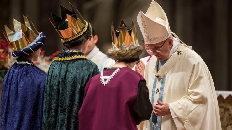 Die Sternsinger mit dem Papst in der Neujahrsmesse.