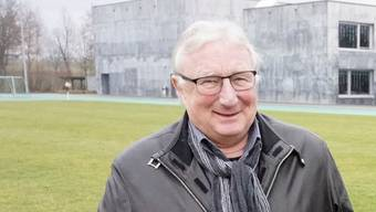 Gemeindepräsident Hans Ruedi Ingold auf dem Gelände, auf dem bald eine Dreifachturnhalle gebaut wird. Als Bauverwalter wurde er Ende August pensioniert und dafür an der Gemeindeversammlung geehrt.