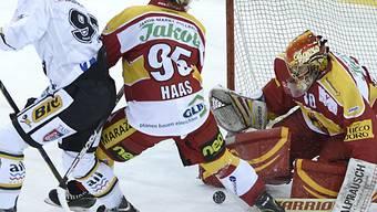 Die Langnauer Haas und Goalie Bäumle bei der Defensivarbeit.
