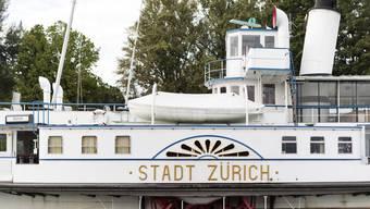 Vor einem Jahr hatte das Bundesamt für Verkehr entschieden, dass die Schiffe auf dem Zürichsee ihre An- und Abfahrt an einem Steg nicht mehr mit einem kurzen Hornen ankündigen dürfen. Diese Massnahme bleibt weiterhin verboten – zum Leid der Horn-Freunde. (Archivbild)