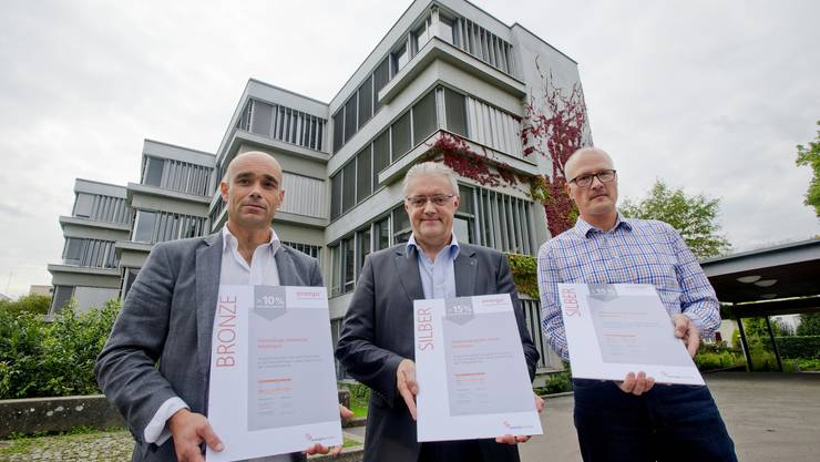 Zertifikatsübergabe von links Daniel Hänny Energo Gemeinderat Roland Kuster Csaba Dul Fachspezialist Bauverwaltung