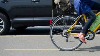Velofahrerin wird von Auto angefahren (Symbolbild)