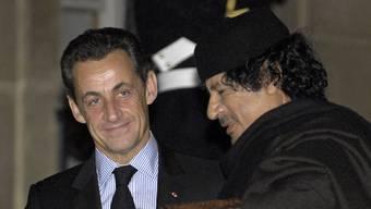 Muammar al-Gaddafi und Nicolas Sarkozy 2007 in Paris. (Archiv)