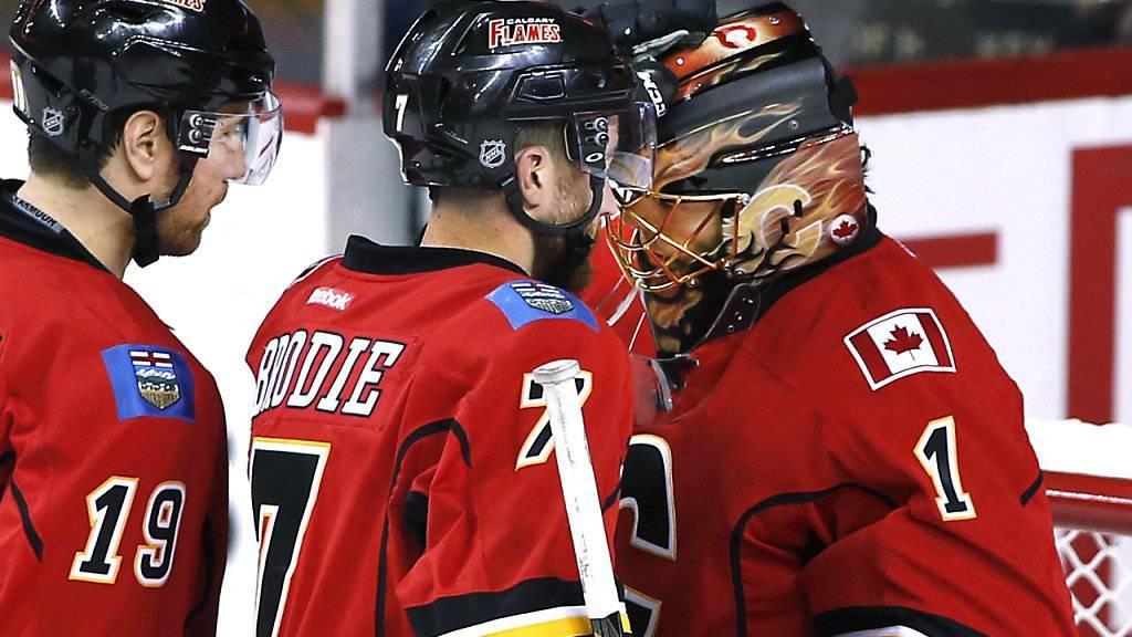 Calgarys David Jones und TJ Brodie gratulieren Jonas Hiller nach dem Sieg gegen die Vancouver Canucks