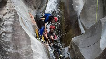 Eine Canyoningtour im Val Cresciano TI.  Ab dem 1. Mai gelten strengere Regeln für die Anbieter solcher Aktivitäten. (Archiv)
