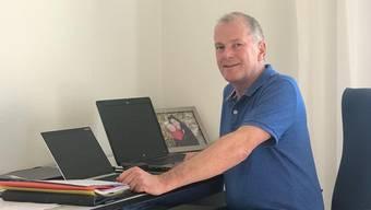 Bau- und Verkehrsminister Stephan Attiger arbeitet locker gekleidet von zu Hause.