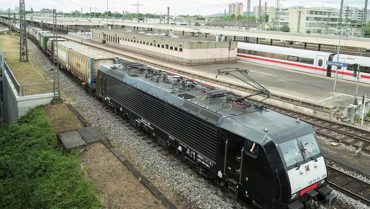 Ein Güterzug fährt durch den Badischen Bahnhof von Deutschland her in die Schweiz. (Symbolbild)