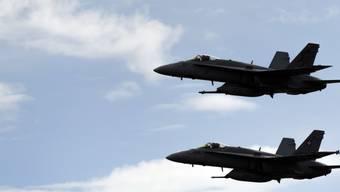Bundesrat Guy Parmelin wollte mit eigenen Augen sehen, wie stark sich diese F/A-18 beim Luftpolizeidienst einem Passagierjet annähern. (Archivbild)