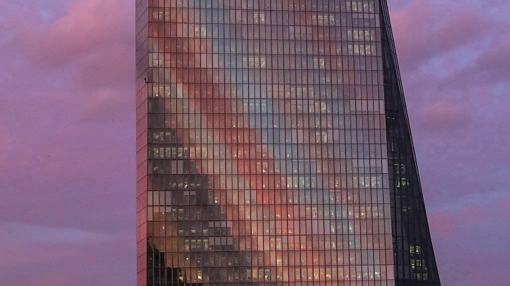Der Sonnenuntergang spiegelt sich zwar an der EZB-Fassade in Frankfurt, der Zinsschritt aber noch lange nicht. (Archiv)