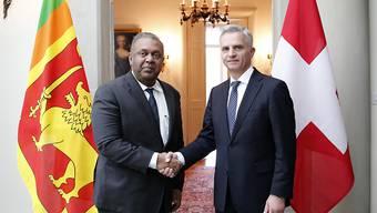 Bundesrat Didier Burkhalter (r.) und sein Amtskollege, Aussenminister Mangala Samaraweera, aus Sri Lanka.