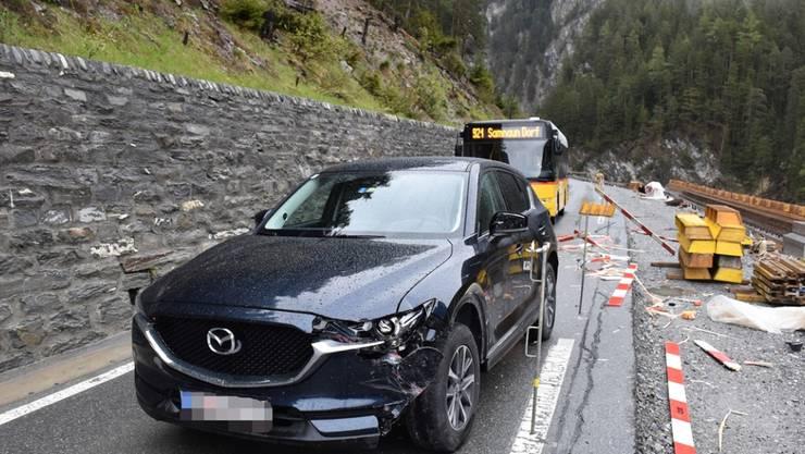Der Fahrer dieses Autos war unter Alkohol- und Drogeneinfluss, als er in Martina GR in eine Baustellenabschrankung fuhr. Der 28-jährige Deutsche blieb unverletzt.