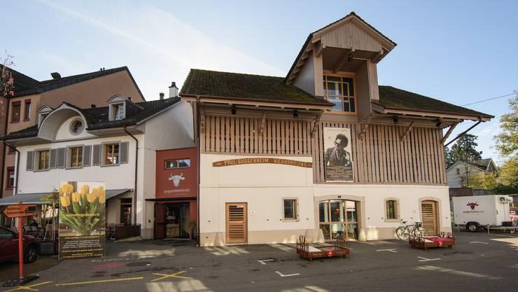 Das Guggenheim-Ensemble heute: Im ehemaligen Stall rechts sind Eventsaal und Musikschule, die Garage in der Mitte ist zur Eingangshalle und das Wohnhaus links zu Hotel und Restaurant geworden.