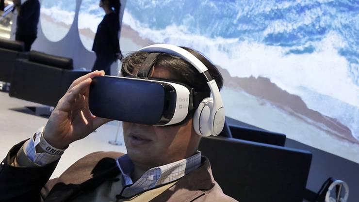 Laut einer Studie dürfte das Angebot an Headsets für virtuelle Realität (VR) deutlich zunehmen. Insbesondere tiefere Preise dürften für eine schnellere Verbreitung sorgen (Archiv)