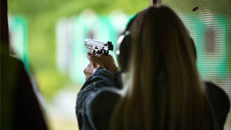 Immer noch primär Männersache: Bei den Anträgen auf Waffenerwerbsscheine steht die Zahl der Frauen im Verhältnis 1 zu 200.