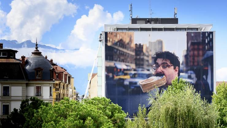 Das New Yorker Strassenleben der 1990er trifft auf das Strassenleben Veveys: Eine Arbeit des New Yorker Fotografen Jeff Mermelstein an der Fassade der banque cantonale vaudoise.
