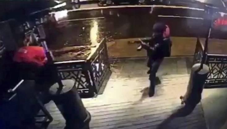 Eine Überwachungskamera filmte den Täter kurz bevor er den Club betrat.