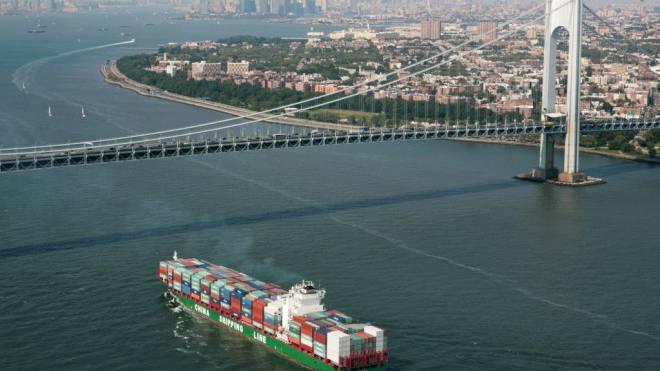 Die chinesische Billiglohn-Konkurrenz traf die lokale Wirtschaft in den US-Industrieregionen mit voller Wucht: Ein Container-Schiff bringt Waren in den Hafen von New York. Foto: Mark Lennihan/Keystone
