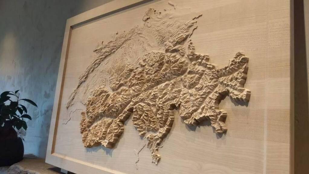 In Holzplatten gefrästen Reliefs sind eine vielen Ideen, was mit den kostenlosen Geodaten von swisstopo gemacht werden kann.