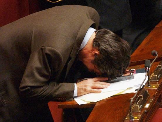 Ein unbekannter italienischer Parlamentarier verbeugt sich vor der Video-Biografie über Erich Priebke (Archiv 2003)