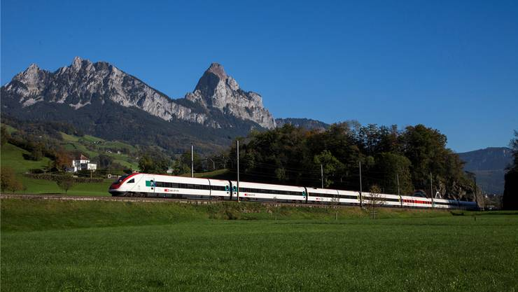 Ein Intercity-Zug auf dem Weg Richtung Süden. Ab Pfingstsonntag ist man zum Beispiel von Wohlen oder Muri eine halbe Stunde schneller in Bellinzona.