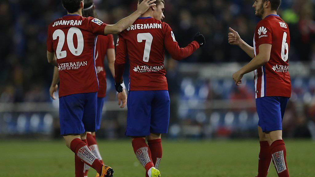 Antoine Griezmann wird von seinen Teamkollegen zum Tor gegen Real Sociedad beglückwünscht