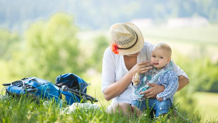 Füttern im Schatten: Die Aargauer Grüne Grossrätin Kim Schweri mit Sohn Noé .