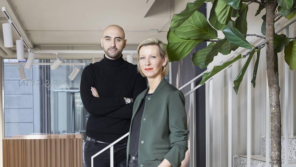 Es mag verwundern, dass Adem Ademi als Geschäftsführer einer Haartransplantationsklinik eine Glatze trägt: Diese sei aufgrund einer Krankheit entstanden und mittlerweile habe er sich daran gewöhnt, so Ademi.