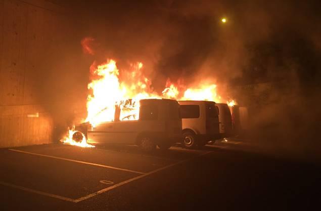 Die Berufsfeuerwehr von Schutz & Rettung rückte mit zwei Tanklöschfahrzeugen und einer Autodrehleiter aus und konnte die in Vollbrand stehenden Fahrzeuge rasch löschen.