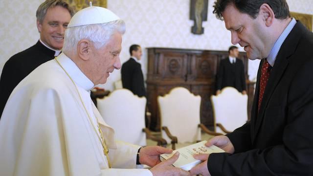 Autor Seewald überreicht dem Papst ein Exemplar des neuen Buches