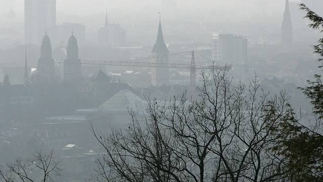 Zürich im Wintersmog: Jetzt will die CVP Zürich mit Kernthemen wie Umwelt und Bildung punkten (Archiv)