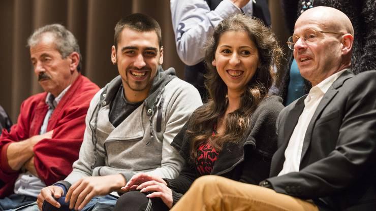 Funda Yilmaz mit ihrem Vater, Freund Nico, links, und Anwalt Markus Leimgruber, rechts, bei der Abstimmung zu ihrer Einbürgerung am 18. Oktober in Buchs.