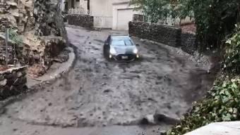 Glück für die zwei Insassen dieses Autos. Sie blieben unverletzt.
