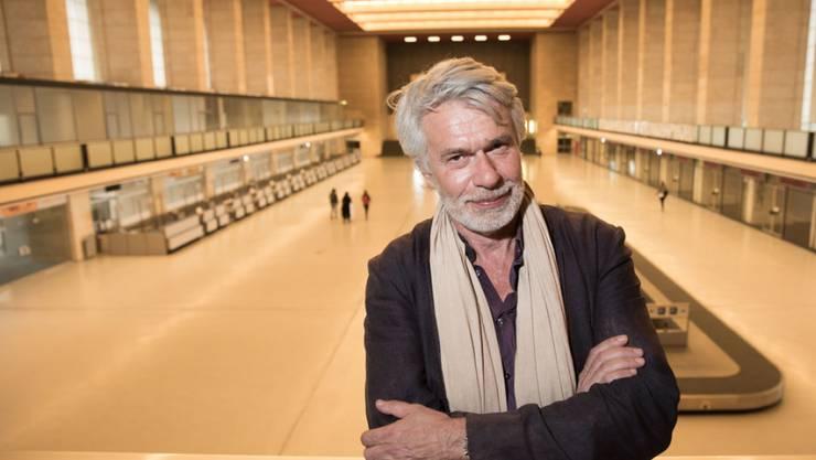 Chris Dercon, neuer Intendant der Berliner Volksbühne, lässt sich nach einer Pressekonferenz am 16. Mai 2017 auf dem Flughafen Tempelhof in Berlin fotografieren. (Archiv)