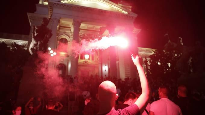 Patriotische Lieder singend, verschafften sich die Randalierer Zugang zum Parlaments-Gebäude.