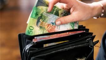 Mehr Geld in der Staatskasse: Das könnte bedeuten, dass es ins Portemonnaie der Steuerzahler und der Staatsbeamten fliesst.Keystone