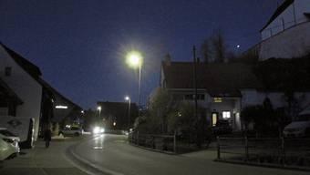 Das Licht brennt bei Bedarf, also wenn – wie hier im Oberdorf – Fussgänger, Velofahrer oder Autos erfasst werden.