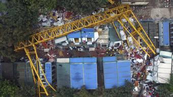 Beim Einsturz einer Kranbrücke starben auf einer Baustelle in China 18 Menschen.