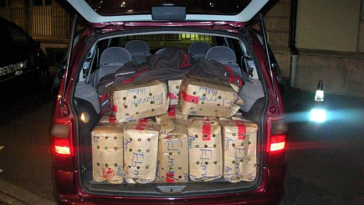 Die Polizei entdeckte im Kofferraum Kleidungsstücke, Sonnenbrillen und Parfums. (Symbolbild)