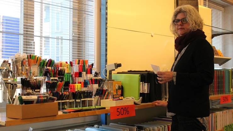 Sabine Billeter, Geschäftsleiterin der Zentrumsvereinigung Dietikon, hilft bei den Vorbereitungen für die Liquidation.