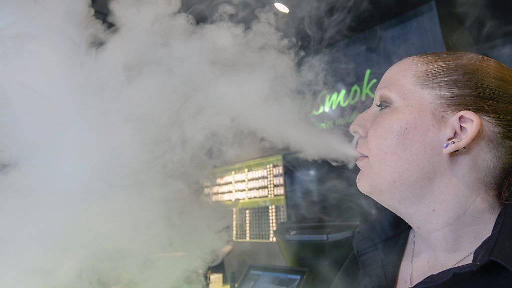 Das Dampfen darf laut Sucht Schweiz nicht zum neuen Rauchen bei Jugendlichen werden. (Archivbild)