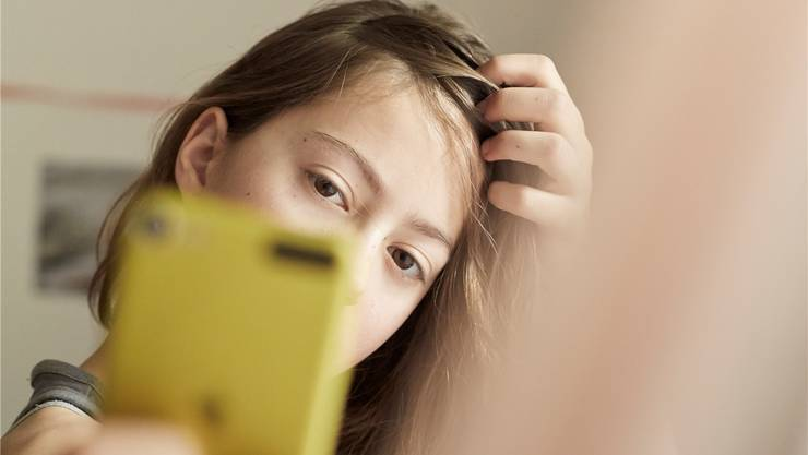 Eltern sollen mit ihren Kindern besprechen, welche Bilder ins Internet gestellt werden. KEYSTONE