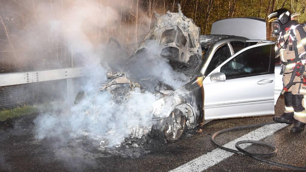 Auto fängt auf Autobahn Feuer und brennt komplett aus