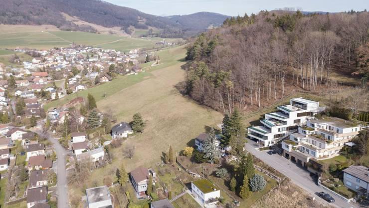 Das freie Bauland liegt östlich der Brühlstrasse (links im Bild). Erschlossen wird es von Norden.