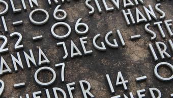 Eine Platte des Gemeinschaftsgrabs: Die Schrift ist genormt in Versalien, Namen werden konsequent nicht mit Umlaut geschrieben. Fotos: wak